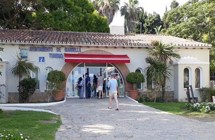Marbella inicia el verano con obras en playas y oficinas for Oficina turismo marbella
