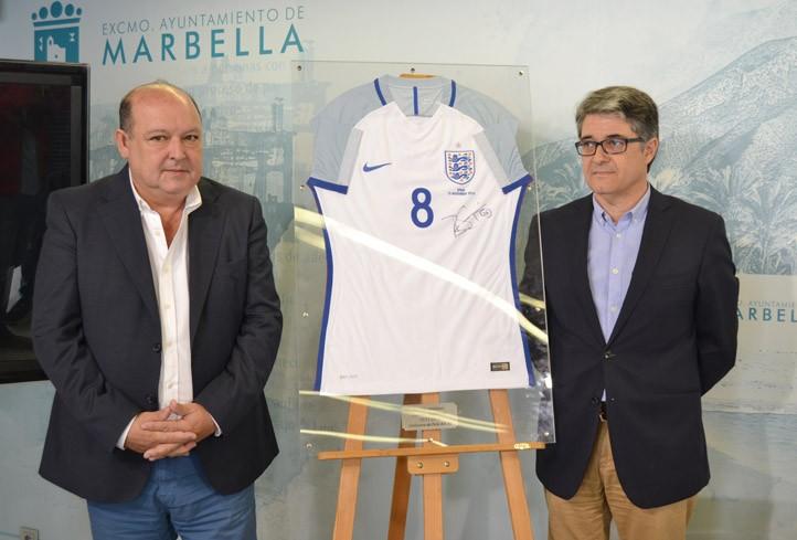 La estrella del fútbol inglés Dele Alli firma una camiseta para Marbella - FÚTBOL ...