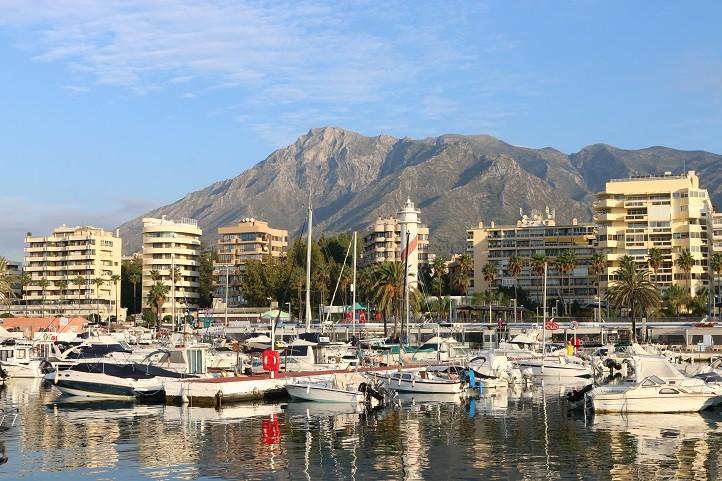 El puerto deportivo de marbella contar con una gran plaza peatonal local - Cines puerto deportivo getxo ...