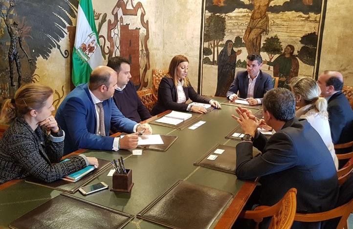 Marbella aborda con cajasur la colaboraci n en materia de for Oficinas caja sur