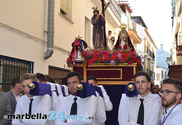 los jvenes de el barrio abren con fervor la semana santa en marbella