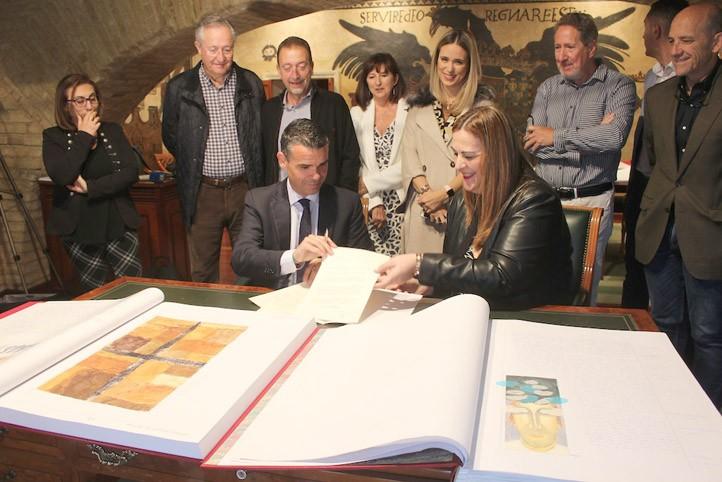 """El colegio Miguel de Cervantes dona a Marbella su """"Quijote Manuscrito"""""""