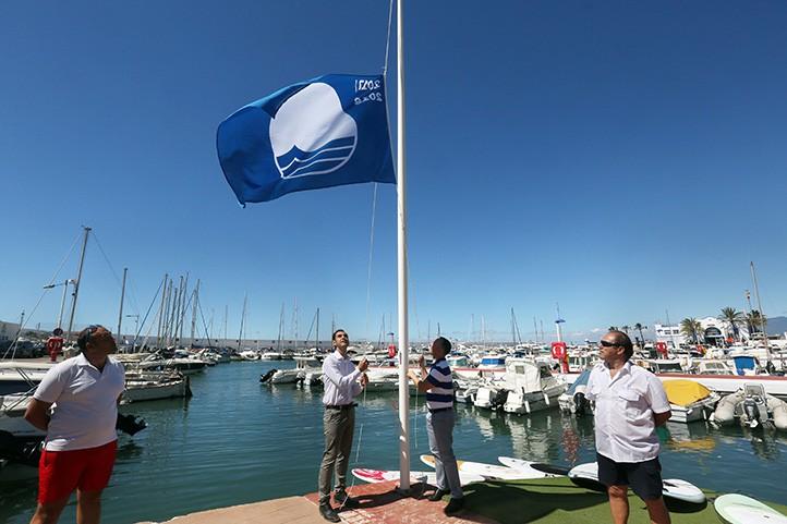 El puerto deportivo es el nico recinto portuario de marbella con bandera azul local - Cines puerto deportivo getxo ...