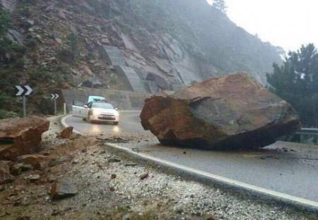 El desprendimiento de una roca corta la carretera entre San Pedro y Ronda